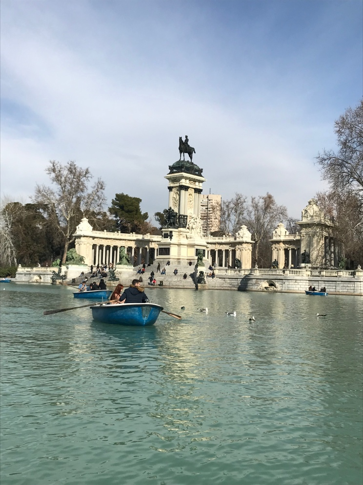 A perfect day to row a boat at Retiro Park